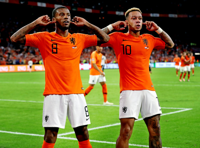 Georginio Wijnaldum en Memphis Depay vieren de 3-0 tegen Duitsland van afgelopen zaterdag.