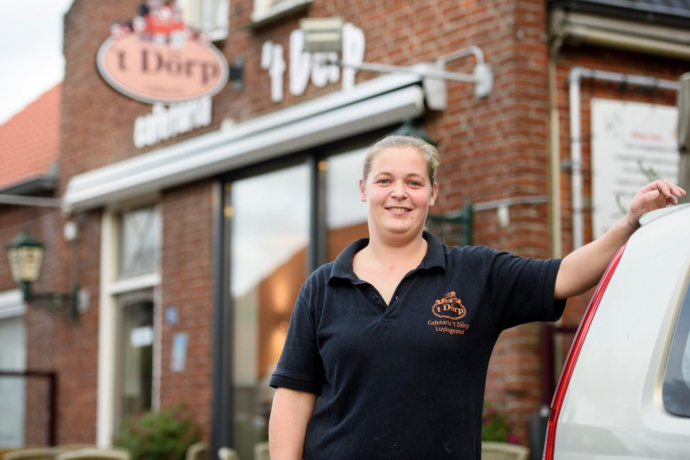 Door een structureel nijpend personeelstekort, moet Loes Lavrijsen haar cafetaria in Luyksgestel sluiten.