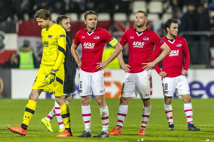 De spelers van AZ druipen af na hun 1-4 nederlaag tegen Olympique Lyon van gisteravond.