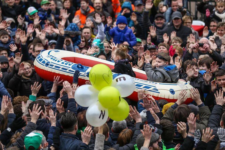 Vince maakte zijn droom waar toen hij en zijn zus in een rubber bootje op de menigte mochten varen.