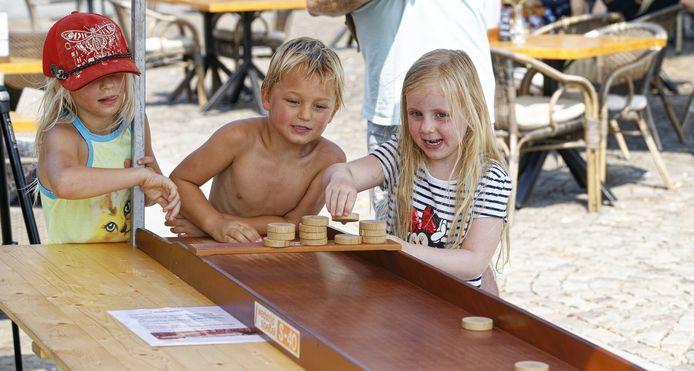 Op de Markt van Schijndel konden kinderen zich vermaken met oud-Hollandse spelen, zoals sjoelen.