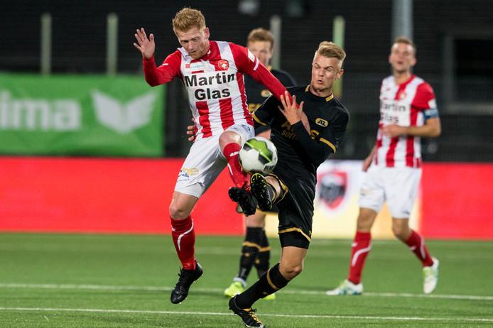 Richard van der Venne (l) in duel met Jong AZ-speler Jamie Jacobs.