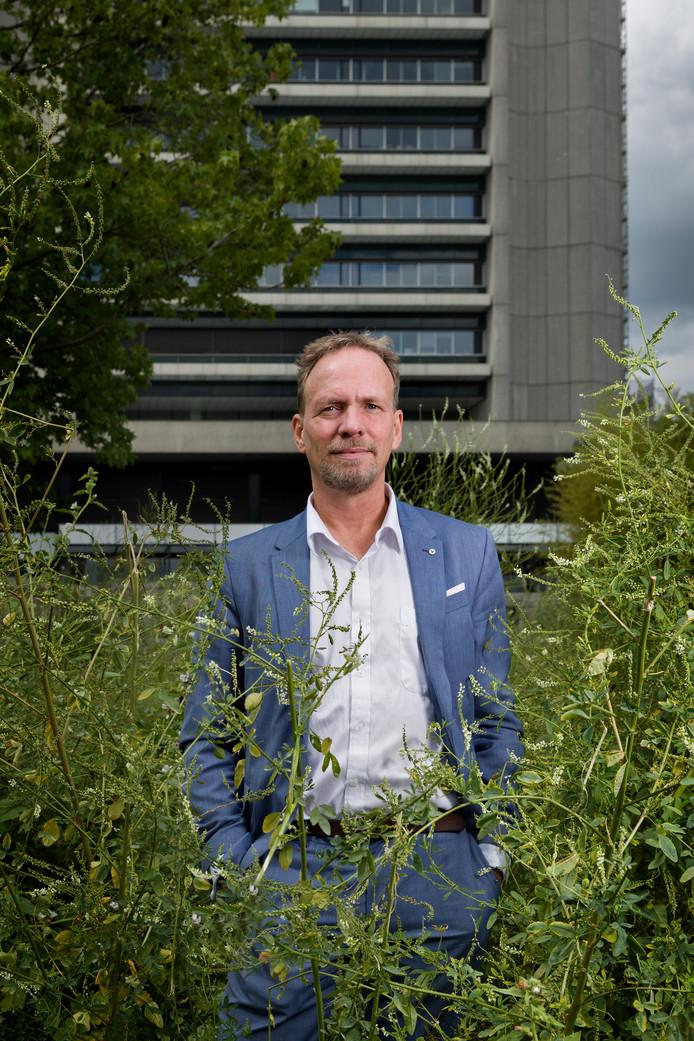 Gedeputeerde Johan van den Hout (SP) heeft de portefeuille Natuur, Water en Milieu. Hij is medeverantwoordelijk voor het nieuwe besluit van het verminderen van de veestapel.