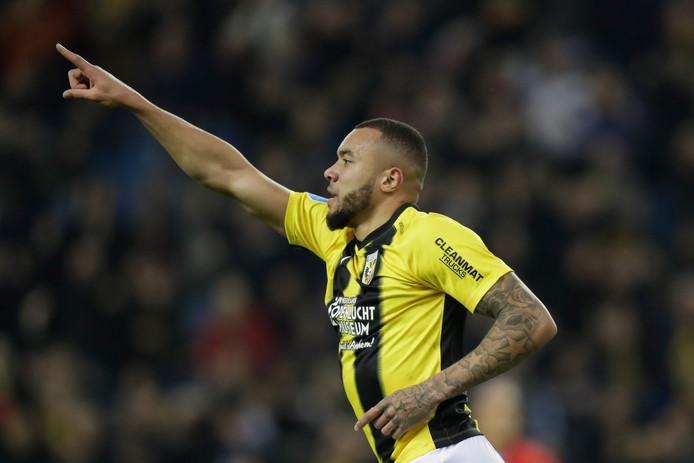 Jay-Roy Grot viert zijn moment bij Vitesse. De Arnhemmer, dit seizoen gehuurd van Leeds united, heeft na een magistrale solo gescoord tegen FC Twente.