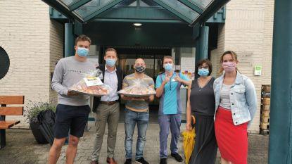 N-VA trakteert personeel woonzorgcentra Pniël en Onze-Lieve-Vrouw van Troost op cake