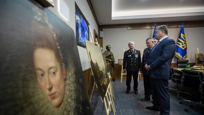 De Oekraïense president Petro Poroshenko toont de onderschepte schilderijen.