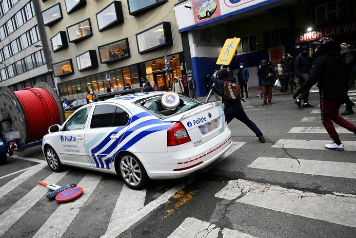 Des manifestants s'en sont notamment pris à une voiture de police en stationnement.
