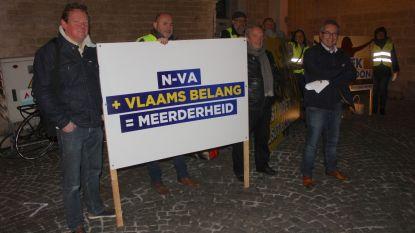 VB met fluohesjes naar gemeenteraad tegen cordon