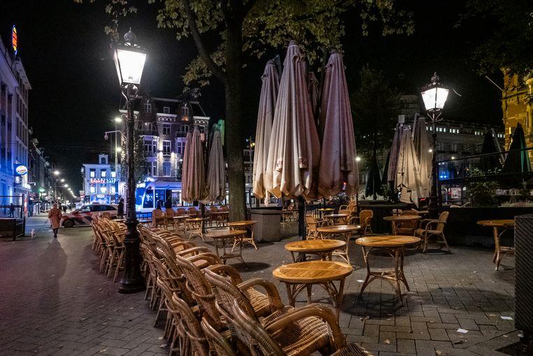 Op het anders zo drukke Leidseplein is het stil en zijn de terrassen leeg.  Beeld Dingena Mol