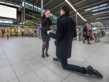 Jacco vraagt via groot scherm zijn Elise ten huwelijk op Utrecht Centraal