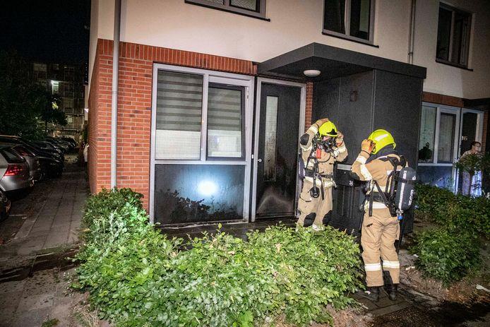 De brandweer kon de voordeurbrand snel blussen in Arnhem.