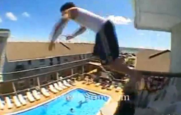 """Le """"balconing"""" consiste à se jeter du balcon d'une chambre d'hôtel ou d'appartement pour plonger dans la piscine."""