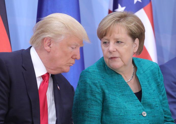 President Donald Trump (links) heeft een onderhoud met de Duitse bondskanselier Angela Merkel tijdens een bijeenkomst van de G20.
