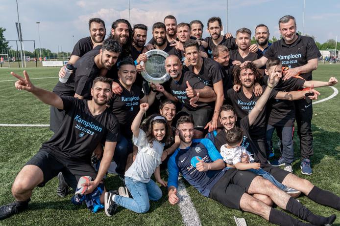 Spelers en begeleiding van DVE-Trajanus vieren de titel in de zaterdagse vierde klasse A.