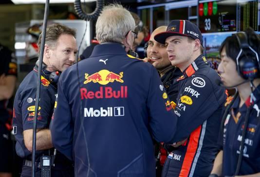 Helmut Marko in gesprek met teambaas Christian Horner en Max Verstappen.