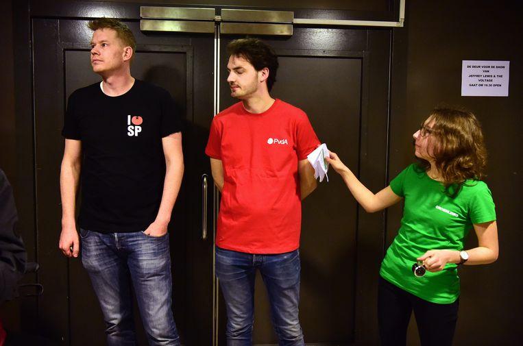 Medewerkers van SP, PvdA en GroenLinks dinsdagavond bij de gezamenlijke bijeenkomst van deze partijen in de Amsterdamse Tolhuistuin.  Beeld null