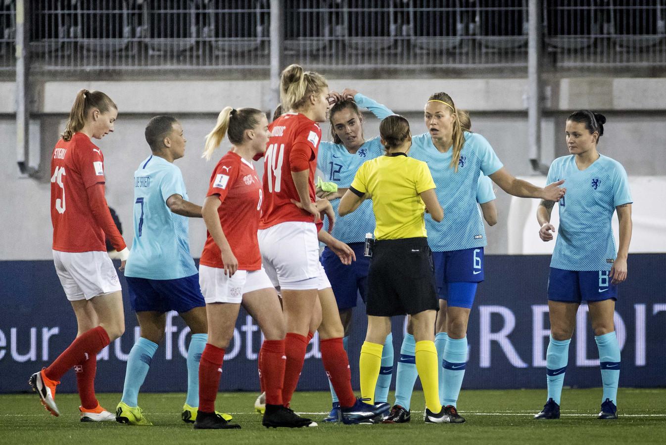 Jill Roord (12) ziet toe hoe Anouk Dekker zojuist een rode kaart heeft gekregen. Enkele minuten later moest Roord zelf ook van het veld af, om plaats te maken voor Merel van Dongen.