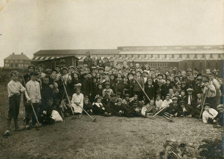 Kinderen in de allereerste schooltuin in 1920, bij de Coenhaven. Beeld Stadsarchief