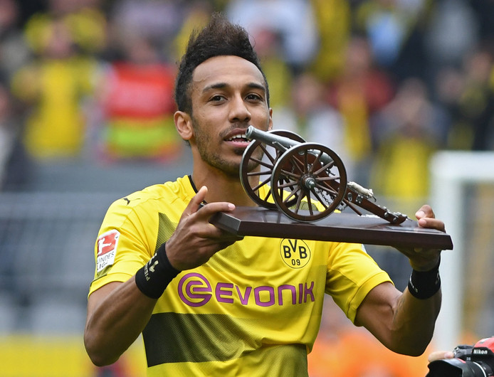 Pierre-Emerick Aubameyang krijgt het 'kanon' als topscorer van de Bundesliga.
