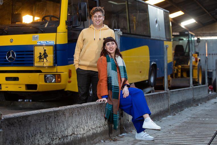 Dorien Smeets en Jeroen Aendekerk voor hun oude Mercedesbus uit 1999.