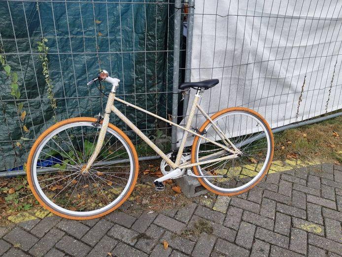 De dieven probeerden deze fiets buit te maken bij het station in Apeldoorn.