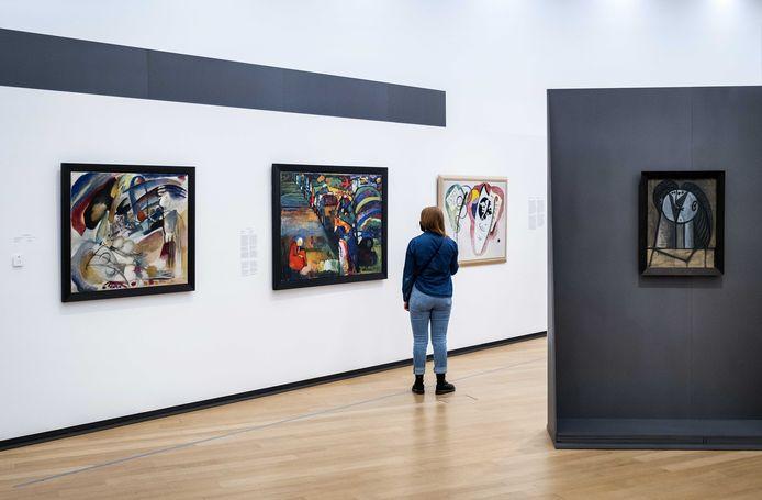 Het schilderij 'Bild mit Hausern' van Wassily Kandinsky in het Stedelijk Museum.