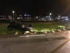 Vrouw glijdt met auto van rotonde in Harderwijk