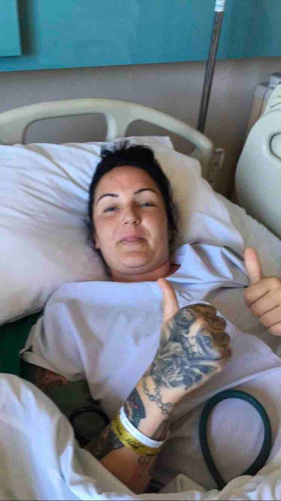 Ashleigh op haar ziekenhuisbed in Turkije.