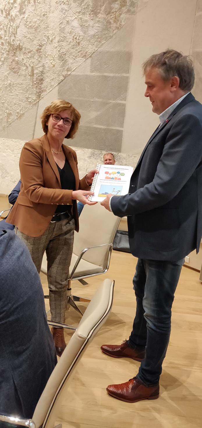 Het Hellendoornse VVD-raadslid Joost ter Horst overhandigt de uitkomsten van de publieksenquête aan burgemeester Anneke Raven met de dringende oproep aan het college om hier ook echt iets mee te doen. De begroting voor 2020 was toen echter al klaar.