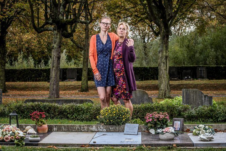 Martine Exsteens en Steffi Stappaerts aan het graf van hun dochter en zus Ann.
