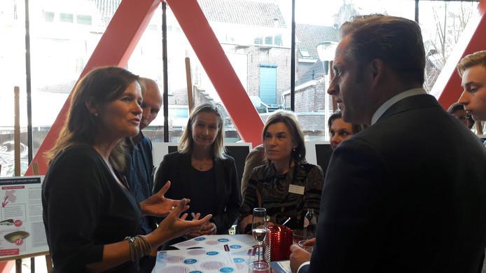 Minister Hugo de Jonge tijdens een eerder werkbezoek in gesprek met Gerrianne Rozema van het Family Justice Centre in Tilburg.