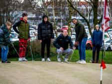Rotterdamse jongeren krijgen golfles: 'Ik dacht dat het voor oude mannen was'