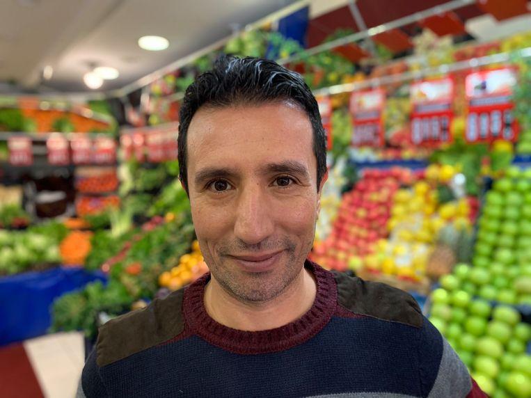 Groenteboer Yusuf Öz: 'Ik doe gewoon mijn werk.' Beeld Melvyn Ingleby