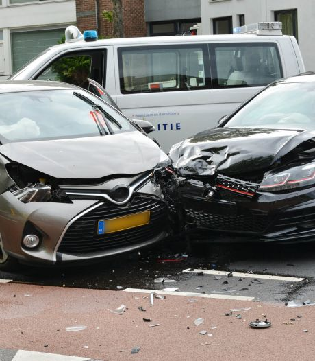 Forse schade aan auto's na botsing op Dr. Struyckenstraat in Breda