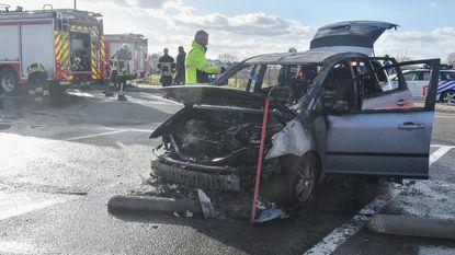 Geparkeerde auto gaat in de vlammen op