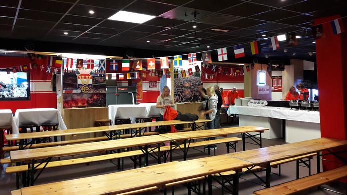 Supporterscafé D'n Beitel is voor de gelegenheid omgebouwd tot vrijwilligershonk tijdens het EK.