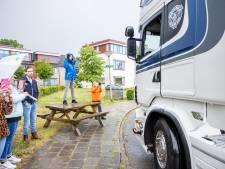 Pim (24) uit Ommen mag op zijn verjaardag niet naar huis, maar krijgt vrachtwagenoptocht als cadeau