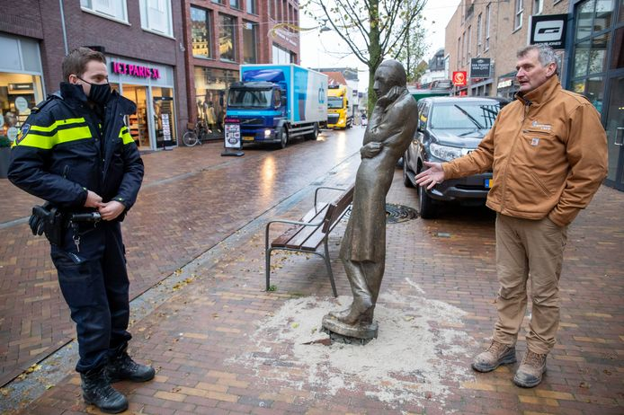 Herr Heinrich in de Grotestraat al omver gereden, rechts Han van Ee die het beeld geplaatst heeft.