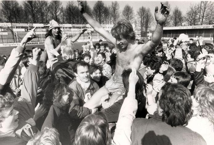 Het kampioensfeest van RKC in 1988. Marcel Brands en Rob van der Kaay (links) gaan op de schouders.