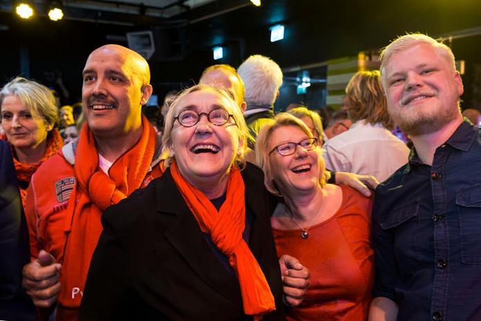 Lutz Jacobi van de PvdA lacht bij het bekend maken van de uitslag van de herverdelingsverkiezingen.