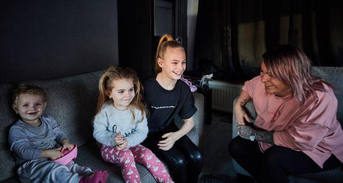 Summer de Snoo thuis met moeder en zusjes.
