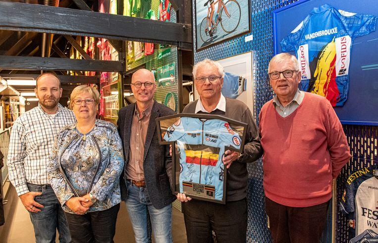 Siegfried Aneca van KOERS, Brigitte Vandermeersch en Jules Vandergunst waren getuige toen ereschepen Geert Messiaen het gesigneerde WK-truitje aan schepen José Debels overhandigde.