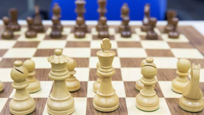 Stad Oostende schenkt schaakborden aan De Branding voor leerlingen met autisme