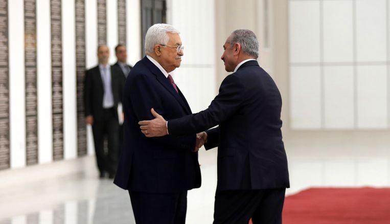 President Abbas schudt de hand van de door hem ingezworen premier Mohammed Schtaje
