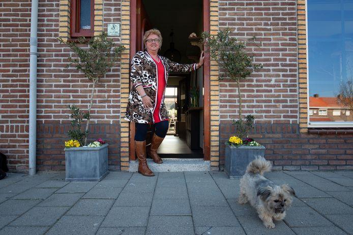 Jannie Molenaar in haar deuropening. Hier zingt ze zondag, tegelijk met vele anderen, 'Daar juicht een toon'.