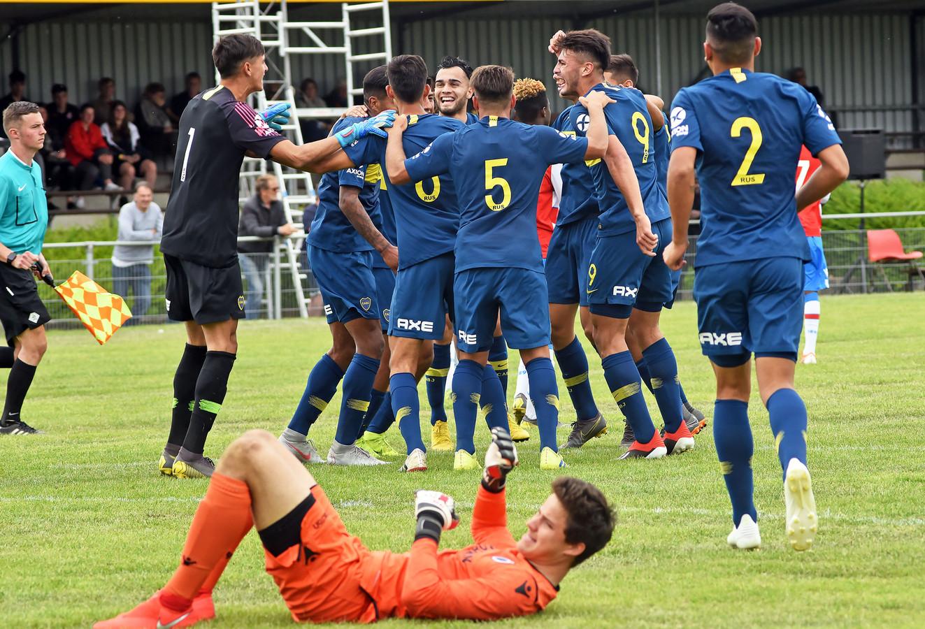 Boca Juniors viert de zege op Club Brugge in de finale van de Esad Osmanovski Memorial Cup.