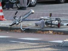 Fietsster met spoed naar het ziekenhuis na botsing met auto in Beuningen