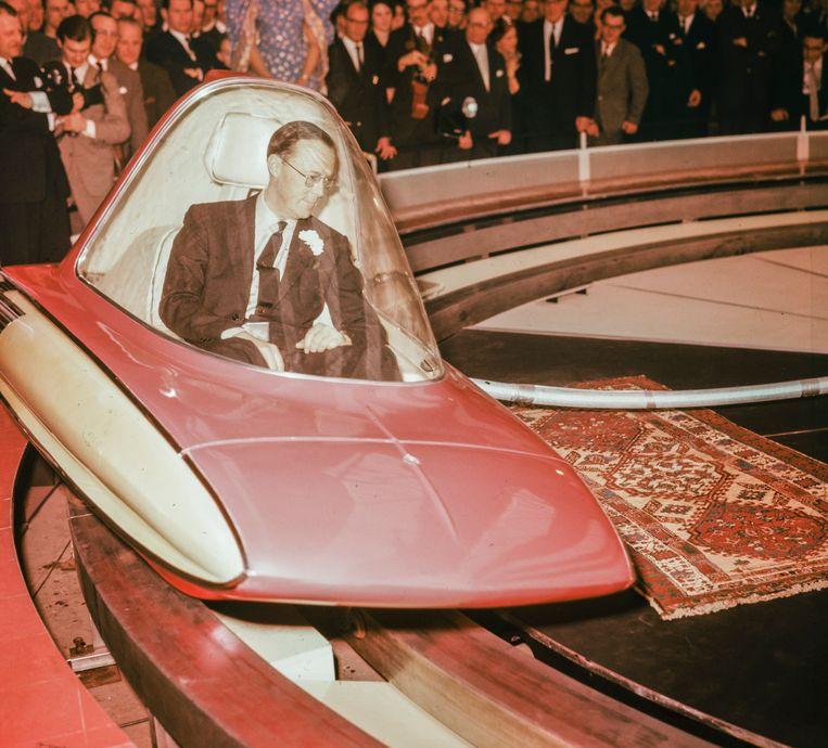 Prins Bernhard tijdens een proefrit met de Levacar, die een halve millimeter boven de grond zweefde. Beeld Nationaal Fotopersbureau