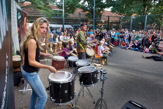 Meer dan zestig slagwerkers uit Arnhem-West treden samen op, tijdens het jaarlijkse wijkfeest van Arnhem-West. Middelpunt is Clara de Mik (links) die sinds 2005 drumt bij Nederlands bekendste slagwerkgroep 'Slagerij van Kampen'.