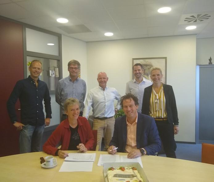 Moniek van Balen-Uijen (Uwoon) en Alan Bosch (Nijhuis Bouw) tijdens ondertekening.